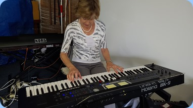 Denise Gunson giving Laurie's Roland BK-9 a whirl.