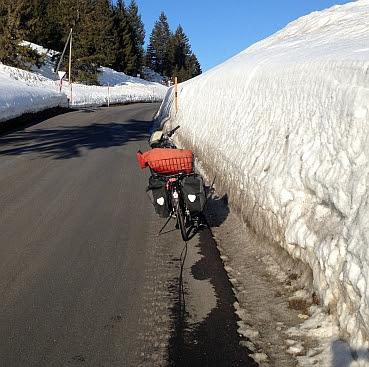 Schneewand am Straßenrand am Col du Pillon (1546 m)