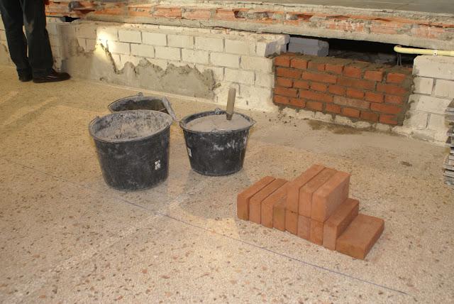 Inmetselen loden kistje in St. Agathakerk (afronding restauratie) - DSC06417.JPG