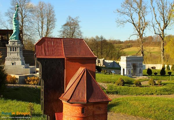Kaszubski Park Miniatur Strysza Buda - Gdańskie Żurawie ze statuą wolności w tle