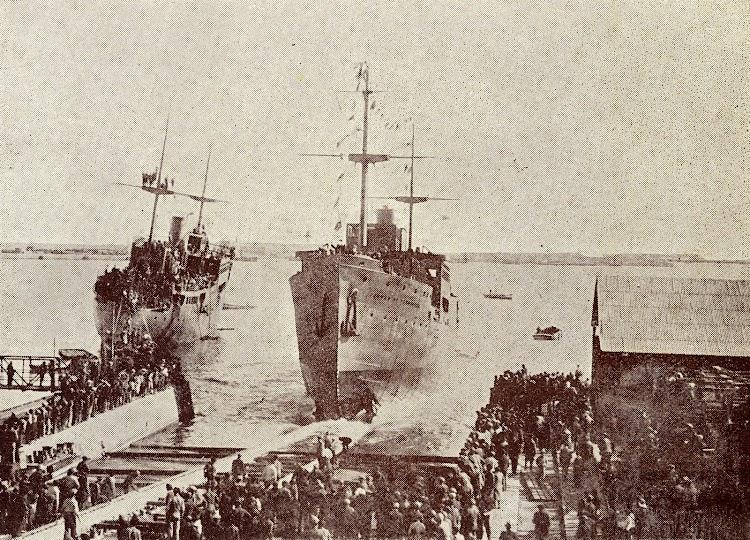 1-Botadura de los CIUDAD DE IBIZA y CIUDAD DE TARRAGONA. Foto del libro Union Naval de Levante. 1924 1949.JPG