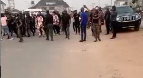 Watch the Moment Rochas Okorocha's aide was assaulted by one of Imo state taskforce officials (video)