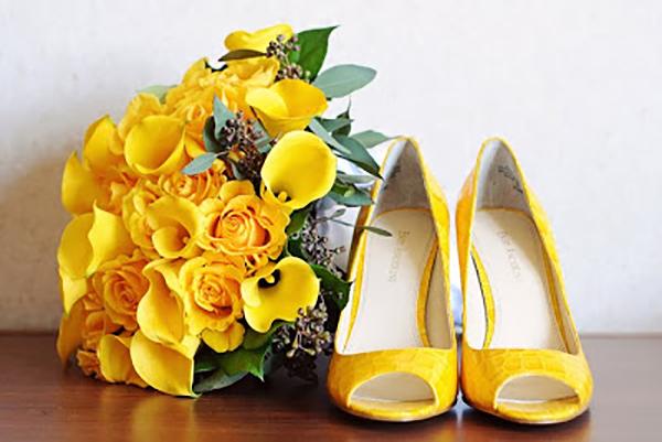Buque e sapato amarelo