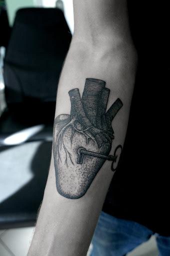Muito famoso coracao e bloqueio de desenho de tatuagem no interior do antebraco