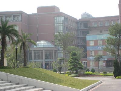 往校內看,------> 這是資訊學院(資訊大樓)