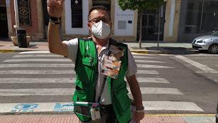 Pablo Rueda alza los dedos en señal de victoria por el logro conseguido en su municipio