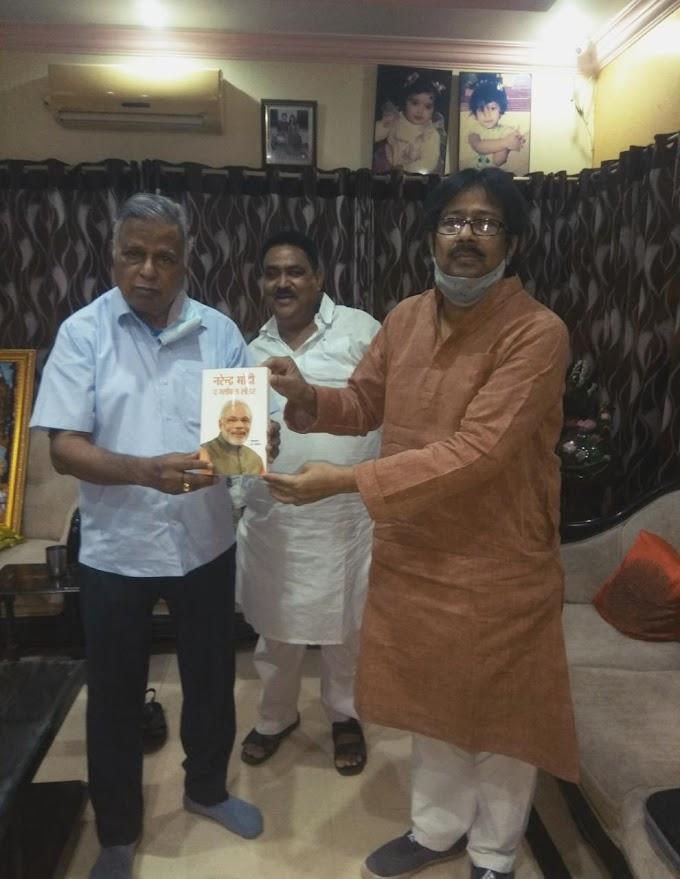 नरेंद्र मोदी द ग्लोबल पुस्तक भेंट की विश्व हिंदू परिषद के अंतरराष्ट्रीय अध्यक्ष को