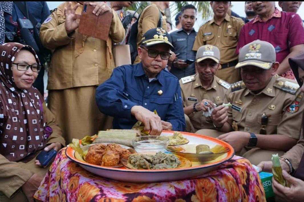 Berkunjung Ke Wajo Gubernur NA di suguhi Burasa dan Nasu Palekko di Desa Lapaukke