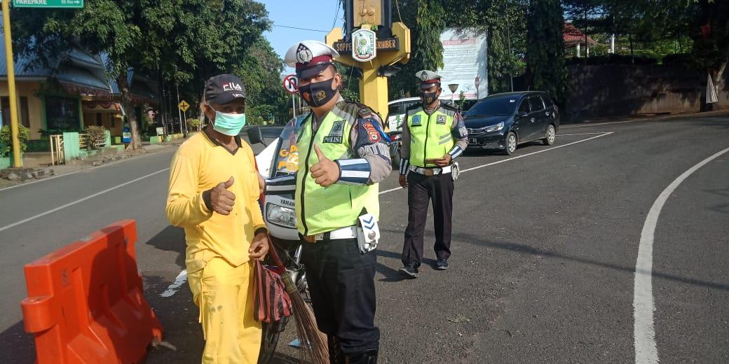 Selama 14 Hari Sat Lantas Polres Soppeng Sosialisasi Ops Keselamatan Serta Gelar Bagi - Bagi Masker