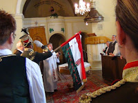 31  Medvegy János mezőkövesdi plébános megszenteli a zászlót.JPG