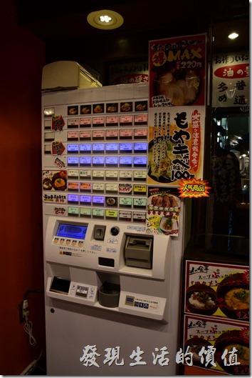 【橫濱家系ラーメン本町商店】(橫濱家族拉麵)店門口的點菜,看板上有說明這裡可以要求麵條的硬度,湯頭的濃度等。