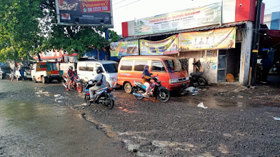 Warga Resah, Akses Jalan Pasar Cikalong Kulon Rusak dan Tak Kunjung Diperbaiki