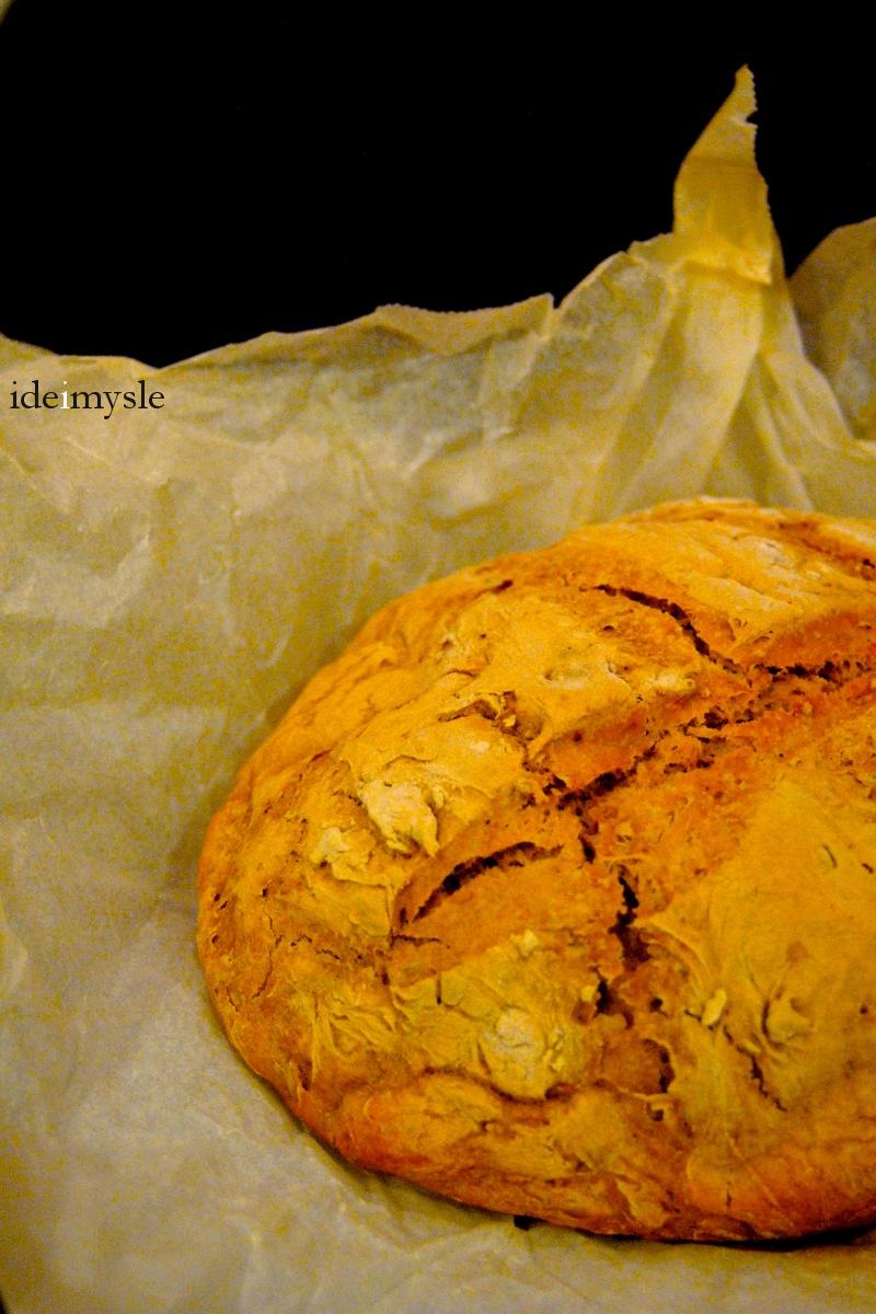 chleb pieczony w garnku, garnek żeliwny, domowy chleb, chleb na drożdżach