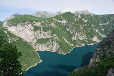 Ausblick auf den Piva See und die Berge