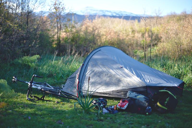 Unul din cele mai faine locuri de cort, pe terase formate pe sol vulcanic, departe de drum si cu Etna in fundal.