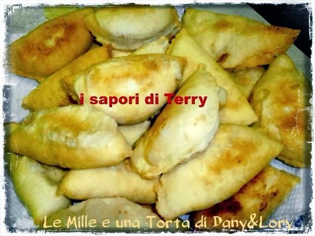 panzerotti fritti ripieni di carne e mozzarella o mozzarella e pomodoro