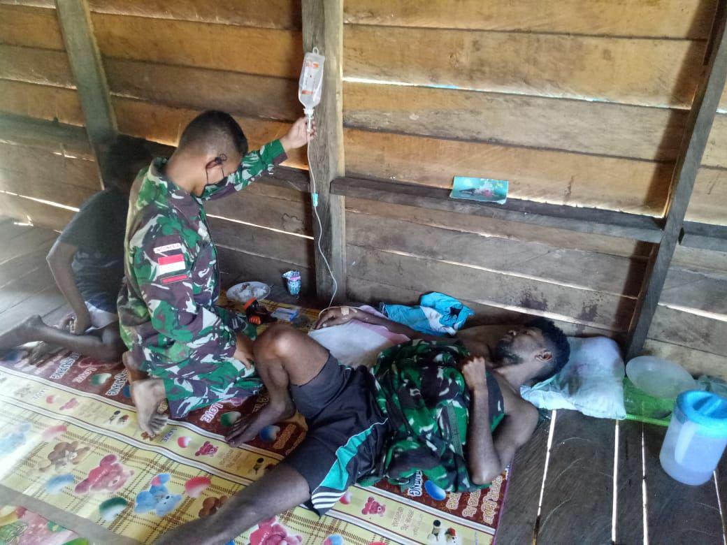 Malaria Kambuh, Pria Warga Kampung Toray Mendapat Perawatan Dari Satgas Pamtas Yonif 125/Simbisa