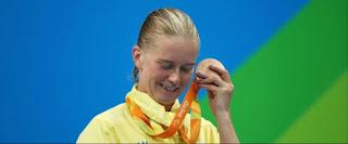 Pourquoi les athlètes des Jeux paralympiques collent-ils leurs médailles contre l'oreille?