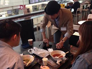 マジシャンひろしつちやが羽田空港のフードコートへ手品の出張