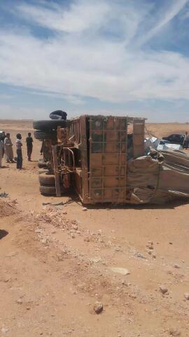 حادث انقلاب شاحنة نقل بضائع على الطريق الرابط بين اوسرد والشهيد الحافظ