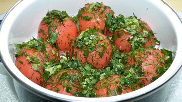Очищенные помидоры и зелень в ожидании маринада