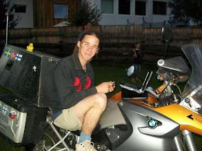 Photo: 11e Dag, zondag 26 juli 2009 Imst (rustdag) Totaal gereden: 979 km Dorean met zijn motor.