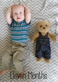 Use a teddy bear to watch the growth of your baby in the first year! #BabyGrowth #MonthlyUpdate #Baby #TeddyBear