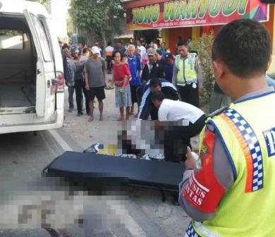 berita foto video sinar ngawi terkini: inilah kronologinya tabrakan antara bus eka dengan sepeda motor di kasreman Ngawi