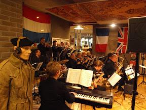 Big band speelt liedjes uit de oorlog tijdens de opening van de tentoonstelling op 1 april 2015.