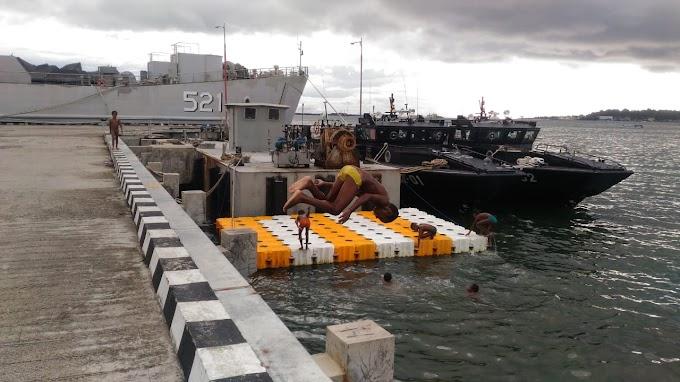 Serunya Anak Papua Berenang Bersama Prajurit Koarmada III di Pantai Sagewing