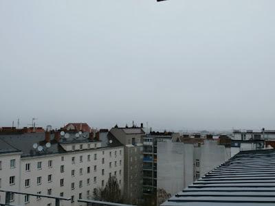 Das aktuelle Wetter in Wien-Favoriten am 31.03.2015  Turbulent klingt der März aus! Am Vormittag ist es verbreitet regnerisch und kühl. Derzeit hat es bereits 1,5 l/m² geregnet bei aktuellen 4,8°C. Spätestens zu Mittag sollte der Regen aufhören, dann setzt sich immer mehr die Sonne durch, mit der Sonne kommt allerdings der Sturm. Am Nachmittag muss man im Großraum von Wien mit Sturmböen an die 100 km/h rechnen. Der Sturm bringt auch mildere Luft mit, so wird es heute mit bis zu 15 Grad der wärmste Tag der Woche. #wetter  #wien  #favoriten  #wetterwerte