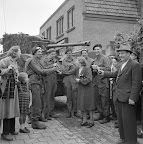 Civilians in Aalst handing out beers to a British Cromwell tankcrew. Date: 1944. Photographer: Willem van de Poll. Source: Dutch National Archive