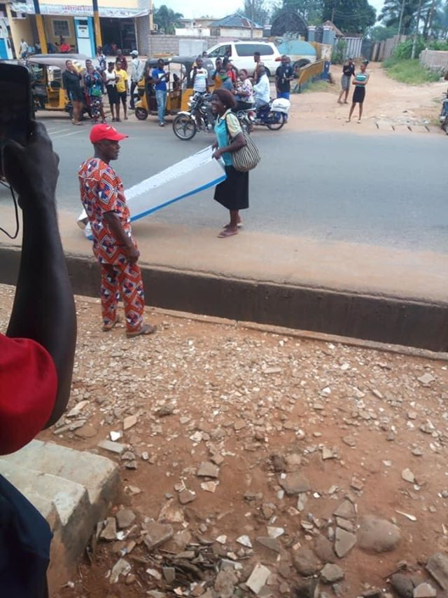 woman was seen with Coffin at Oko Roundabout Anambra State