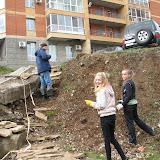 Максим(Гайдара 3) ремонтирует ступеньки, Саша и  Катя (Лицей9) сажают цветы