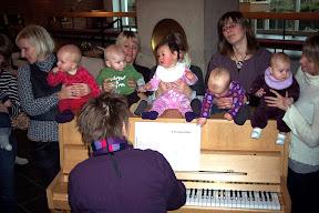 Babysalmesang_ved_klaveret.jpg