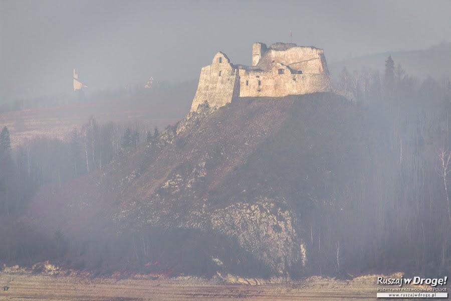 Zamek Czorsztyn we mgle