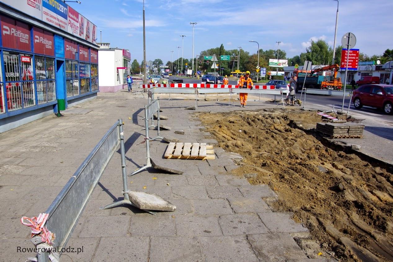 Tuż przy skrzyżowaniu z ul. Grabieniec.