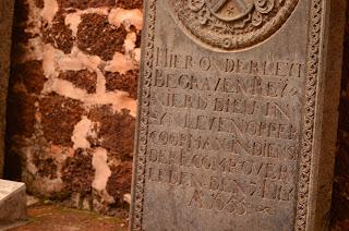 Płyty nagrobne w ruinach katedry św. Pawła.