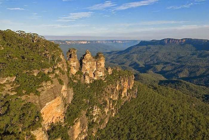 Австралия | Достопримечательности | Национальный парк Голубые горы Всего в нескольких часах езды от Сиднея находится этот удивительный парк, входящий в список объектов Всемирного наследия ЮНЕСКО. Парк богат своими тропическими лесами, крутыми утесами, пресными озерами и водопадами. Для туристов здесь устроено множество пешеходных троп, канатная и железная дороги.