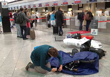 Miri verpackt ihr Rad am Frankfurter Flughafen