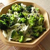 Sałatka z brokułów z czarnym sezamem