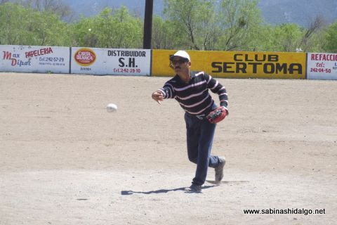 Oscar Esquivel de Los H de Vallecillo en el softbol del Club Sertoma