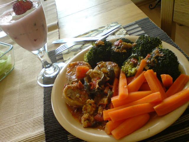 Marchewka i brokuły na parze z polędwiczkami wieprzowymi + mus jogurtowo-truskawkowy
