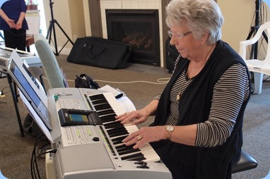 Barbara Powell playing the Yamaha PSR-3000.Photo courtesy of Dennis Lyons.