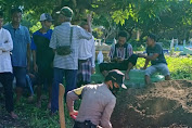 Bhabinkamtibmas Desa Pungka Sumbawa Ikut Gali Kubur Warga Meninggal Yang Terkonfirmasi Covid-19