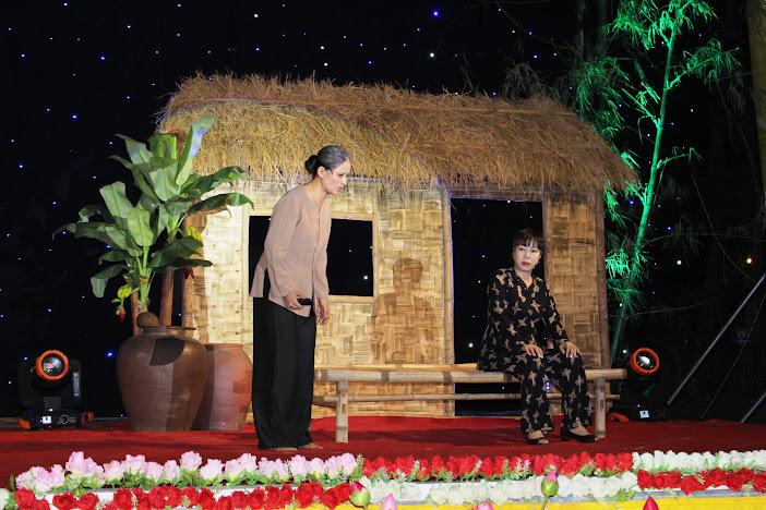 Vở kịch nói về việc người con lớn khôn, đi lập nghiệp nơi xa để mẹ nghèo bạc tóc đợi ở nhà một mình