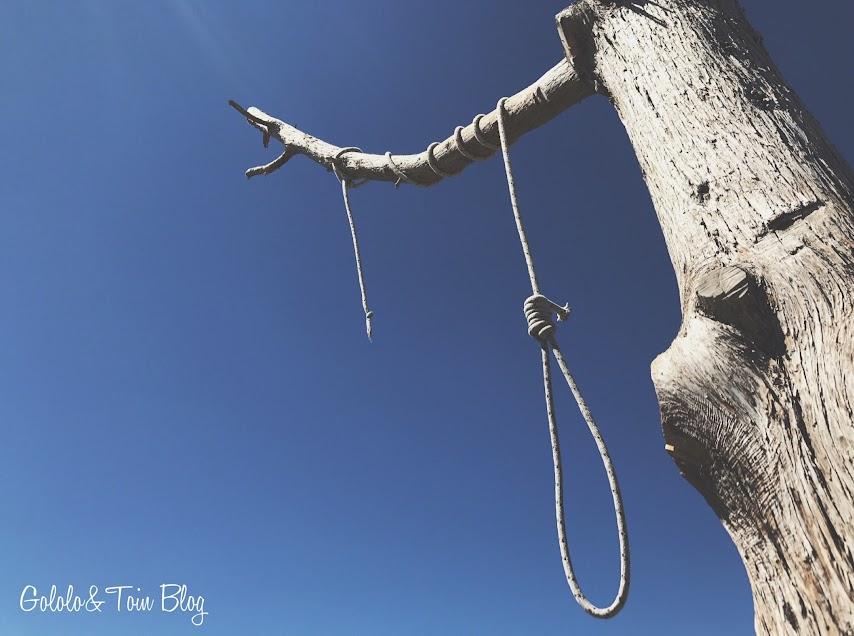 Soga en el árbol del cementerio de Sad Hill