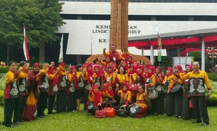 Kota Banjarbaru berhasil memborong penghargaan nasional dibidang lingkungan. Sebanyak 14 sekolah di Kota Banjarbaru meraih penghargaan Adiwiyata Nasional 2017 dari Kementerian Lingkungan Hidup dan Kehutanan dan Menteri Pendidikan Kebudayaan Republik Indonesia.