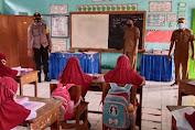Bhabinkamtibmas Polsek Marioriawa Kunjungi Sekolah Yang Menggelar PTM Edukasi Agar Tetap Ikuti Prokes