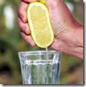 espremer-limao-no-copo-dagua